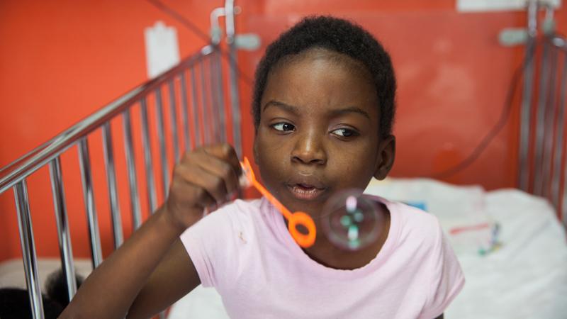 Lebensrettende Hilfe für Kinder mit Leukämie im Kinderkrankenhaus St. Damien. Lernen Sie Sandra kennen.
